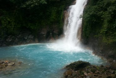 A seven-kilometer path that will take us through the forest, starting with a visit to the Río Celeste Magic Waterfall, as well as to the Blue Lagoon and the place where the river takes its color.